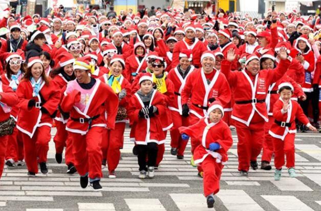 东京3500人参加圣诞老人跑活动, 筹款捐赠患病儿童