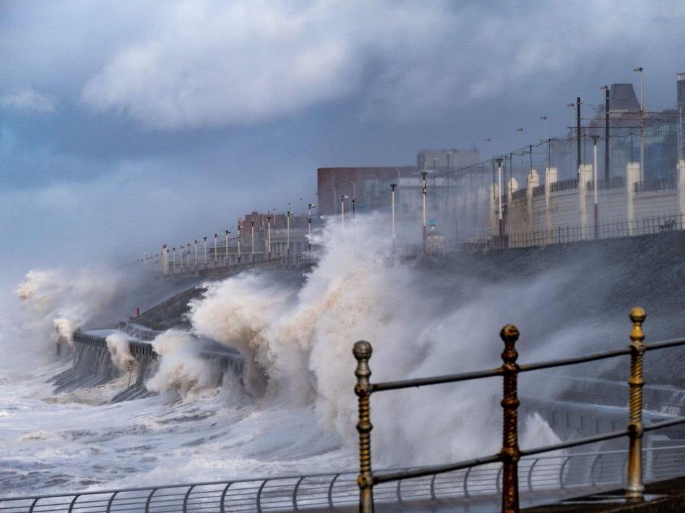 """冬季风暴""""丹尼斯""""肆虐英国 当局调遣军队参与救灾"""