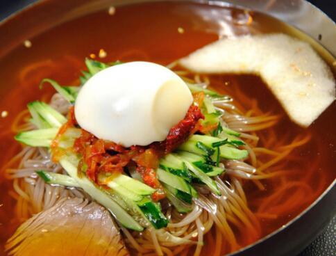 延边朝鲜族美食:冷面与锅包肉也很搭 石锅拌饭很美味
