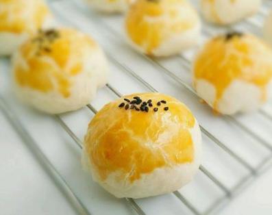 蛋黄酥的做法:烤的时间不要太长150度10分钟左右