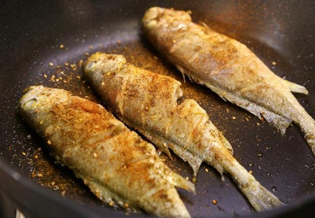 怎么煎鱼不粘锅、不破皮?先大火将锅烧热